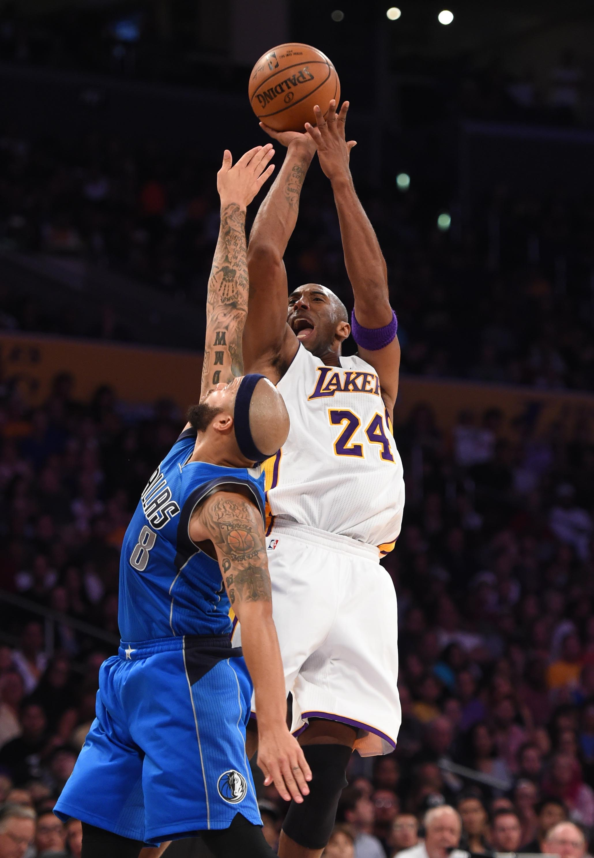 Los Angeles Laker Kobe Bryant,24, against Dallas Mavericks Deron Williams,8, during the 2nd quarter at the Staples Center. Dallas won 103-93.   Los Angeles  Sunday,  November,01, 2015.         (Photo by Stephen Carr / Daily Breeze)