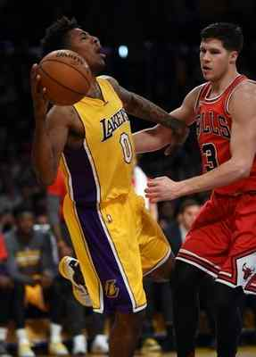 Nick Young passes the ball as the Bulls' Doug McDermott defends in a January game. (Photo by Hans Gutknecht/Los Angeles Daily News)